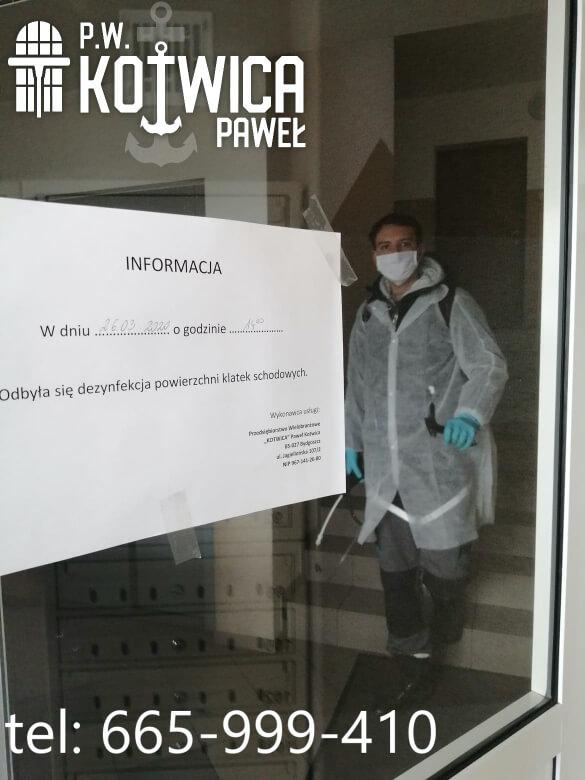 Zdezynfekowana klatka schodowa w Toruńskim bloku mieszkalnym