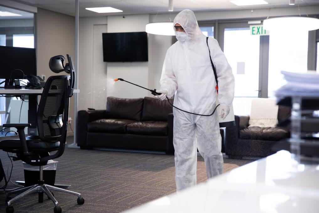 Pracownik firmy Kotwica, który dezynfekuje powierzchnie skażone bakteriami