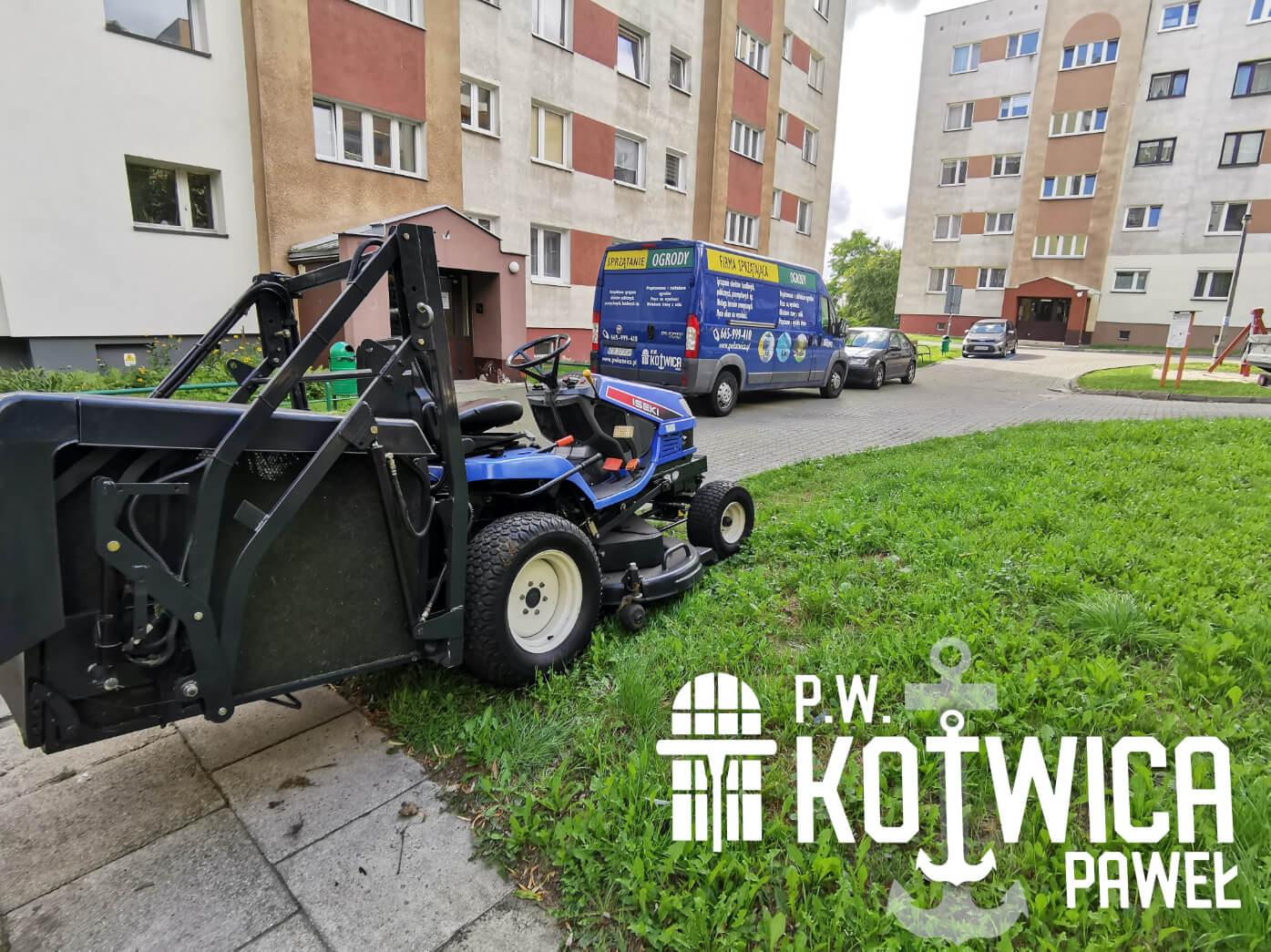 Profesjonalny traktorek, który kosi trawę w ogrodzie w Toruniu